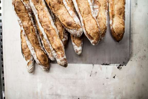 Backkurs Wien – Julian Kutos backt Baguette