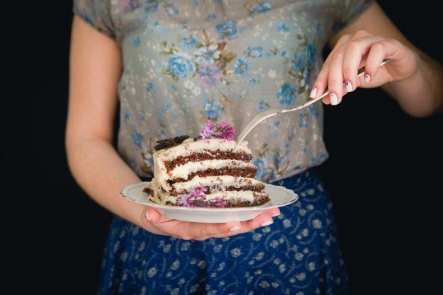 Backkurs Wien – Frau isst Torte
