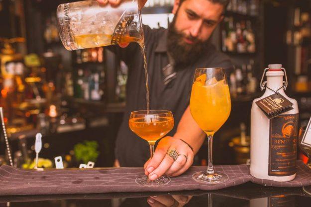 Bar-Hopping Wien – bärtiger Barkeeper beim Eingiessen