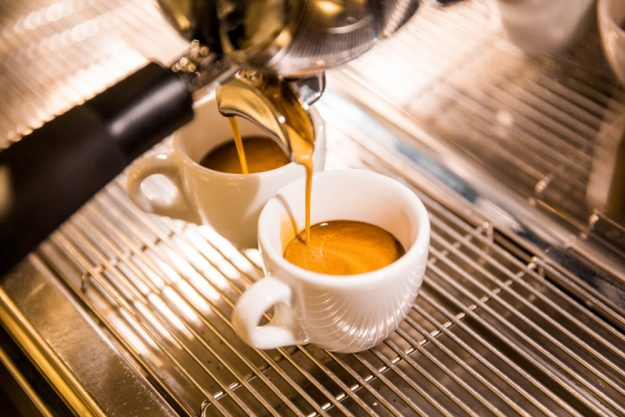 Barista-Kurs Wien – Espresso fliesst in Tasse