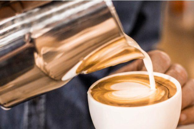 Latte-Art-Kurs Wien – Milch eingiessen