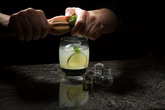Cocktailkurs in Wien – Barkeeper presst Zitrone für Drink aus