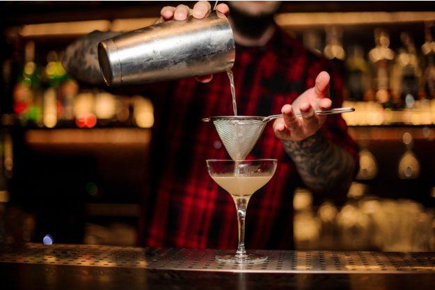 Cocktailkurs in Wien – Barkeeper mit Sieb und Glas