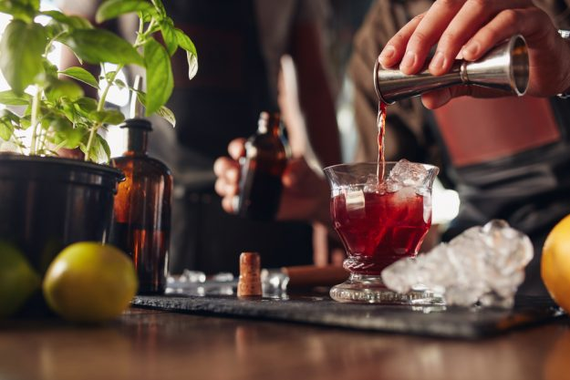 Cocktailkurs in Wien – Barkeeper mixt