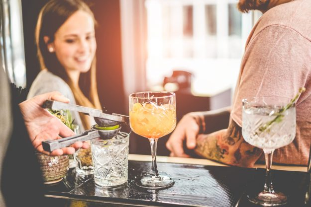 Cocktailkurs in Wien – Frau mit Drink an der Bar