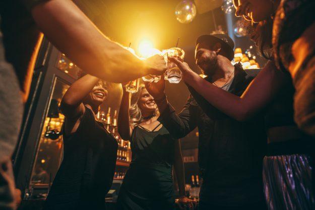 Cocktailkurs in Wien – Freunde trinken Cocktails