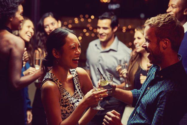 Gutschein Gin-Tasting – Kursteilnehmer lachen und stoßen an