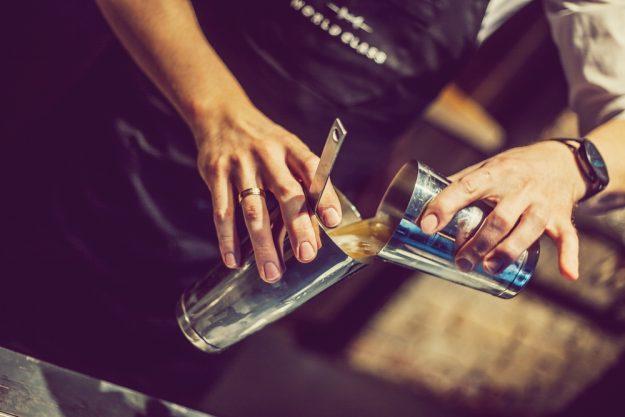 Geschenkgutschein Gin-Tasting – Cocktail mit Gin wird gemixt