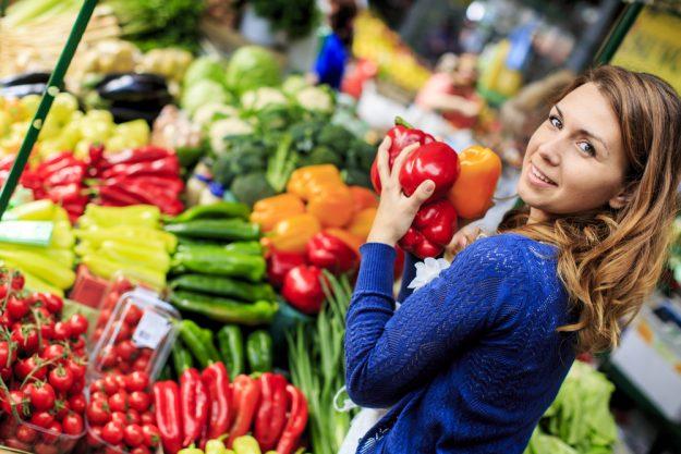 Österreichischer Kochkurs Wien – Frau auf dem Naschmarkt