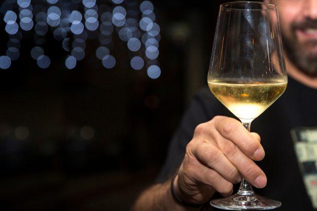 Schaumwein-Tasting Wien – Mann mit Schaumwein