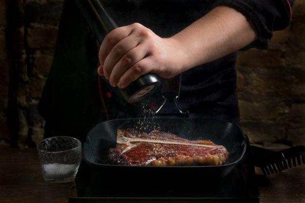 Steak-Kochkurs Wien – Porterhouse würzen