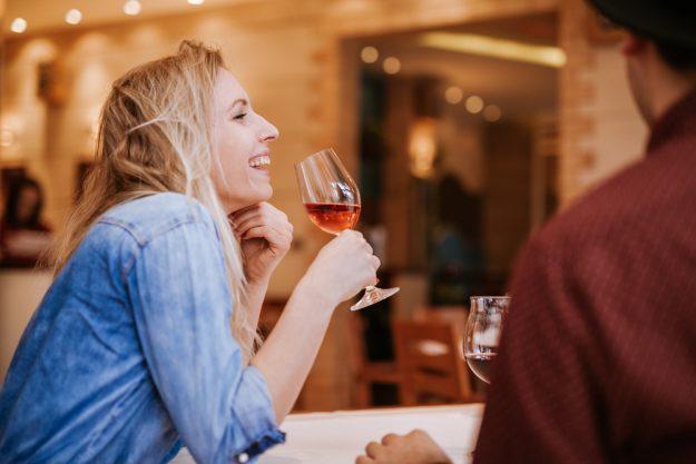 Weinseminar Wien – Frau trinkt Wein