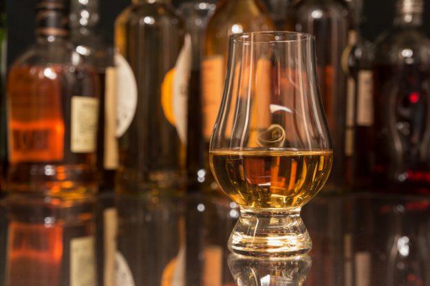 Whiskey Tasting in Wien – Glas vor Flaschen