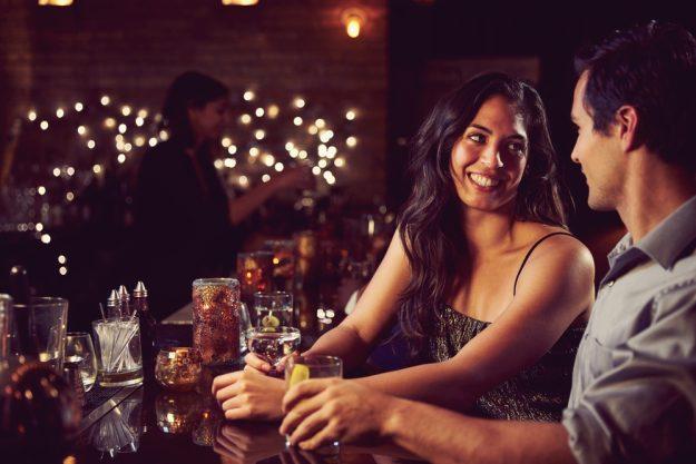Gin-Tasting Wien –Frau und Mann unterhalten sich an der Bar