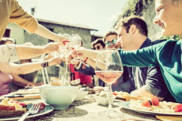 Kulinarische Stadtführung-Gutschein –Anstoßen bei einer Location unserer kulinarischen Stadtführung