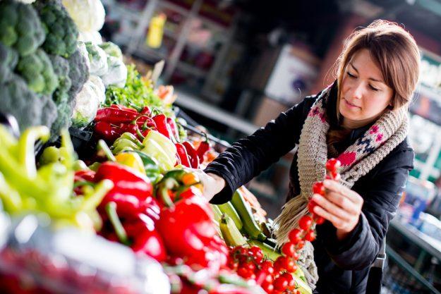 Kulinarische Stadtführung – Frau kauft Obst