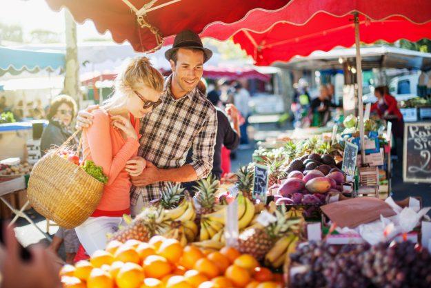Österreichischer Kochkurs Wien – Paar kauft auf Naschmarkt ein