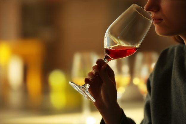 Weinseminar Wien – Frau trinkt Rotwein