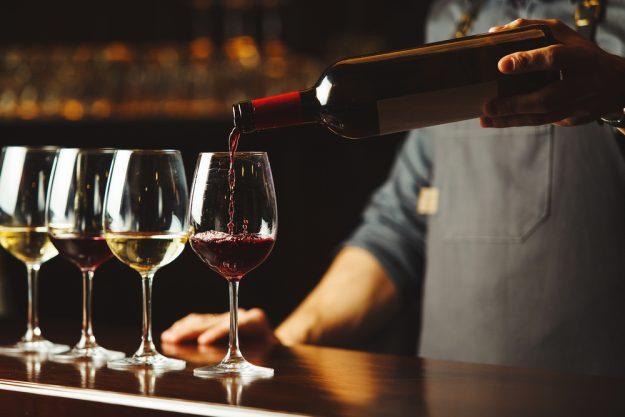Weinseminar Wien – Kellner schenkt ein