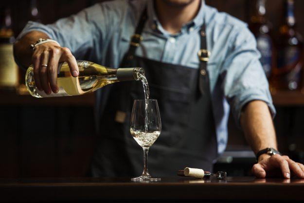 Weinseminar Wien – Sommelier schenkt Wein ein