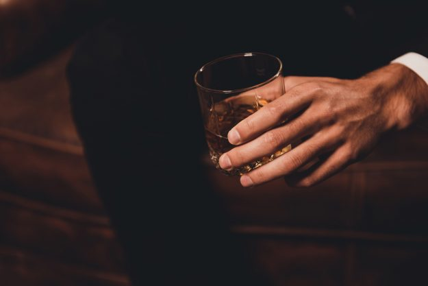 Whisky-Tasting Wien – Mann hält Whisky